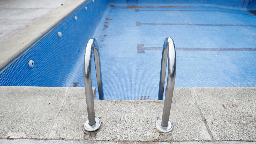 """Los socialistas denuncian que la piscina descubierta siga cerrada después de """"dos años de espera"""""""
