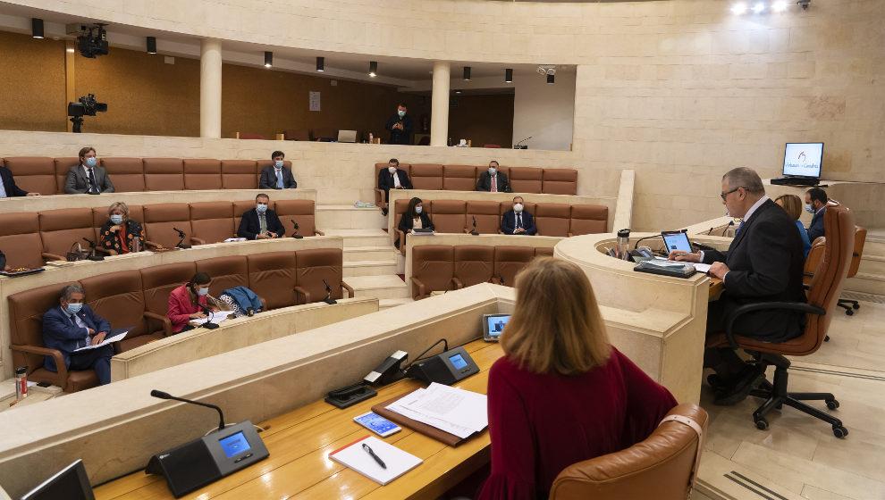 Todos los partidos salvo el PSOE piden llevar a los tribunales la inclusión del lobo como especie de protección especial