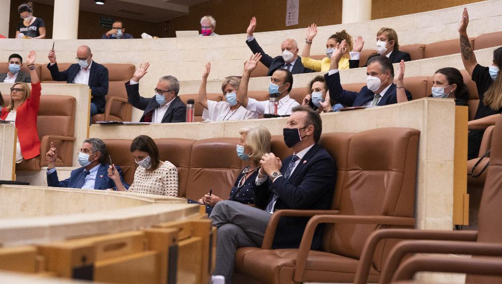 La actividad sanitaria aplazada por el Covid y el IVA turístico y de peluquerías, a debate en el Parlamentoeste lunes
