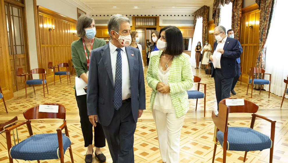 """Darias: """"No hay veda abierta para que las comunidades adquieran vacunas, lo mejor es ir de la mano con la UE"""""""