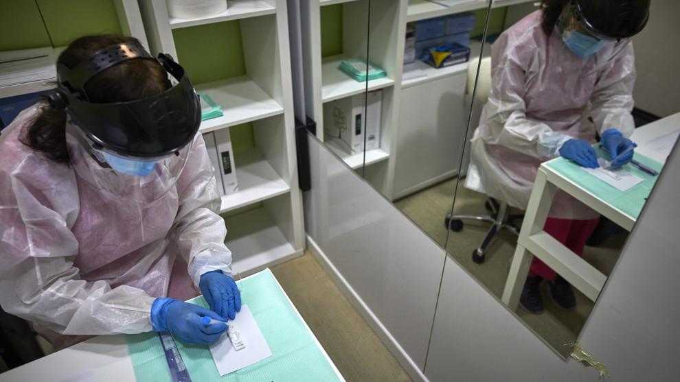 Heroínas sin nombre ni medallas , mujeres en primera línea doblan horas de trabajo y en el hogar por la pandemia