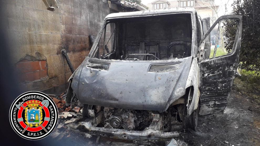 Sofocado un incendio de un vehículo en Suesa que ha afectado a un tejado