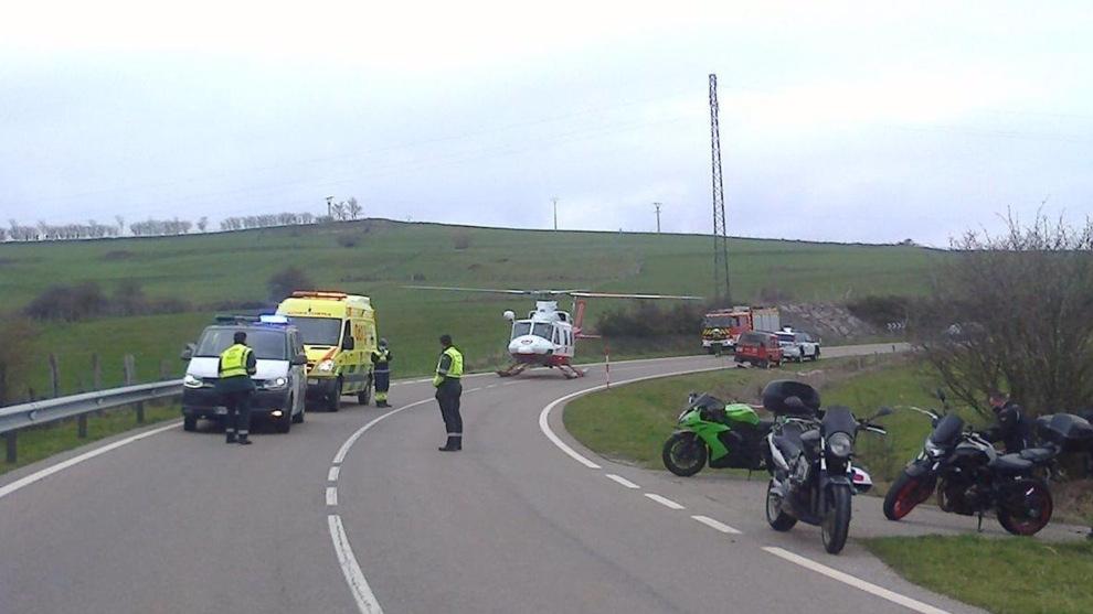 Evacuado en helicóptero un motorista de Muriedas tras caer por un terraplén en Retortillo
