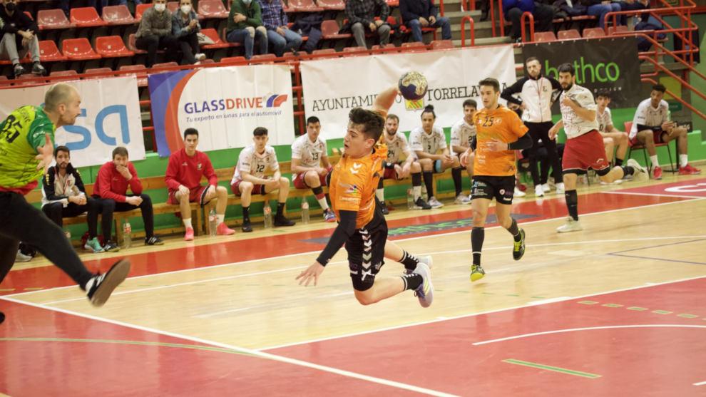 El BM Torrelavega recupera el liderato