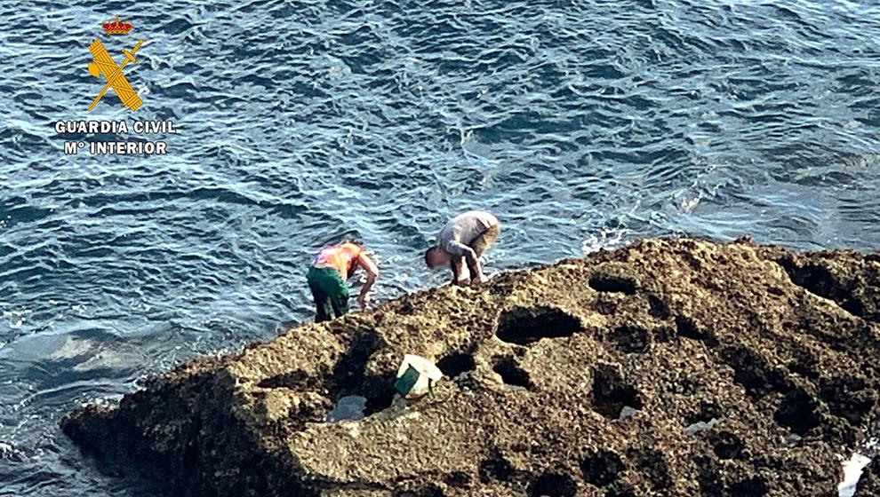 Detenidos dos furtivos por pescar percebes en la Punta de Sonabia