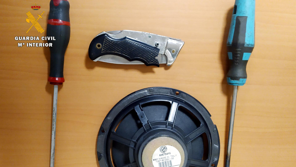 Un hombre roba efectos por más de 1.500 euros de un coche y los devuelve al ser sorprendido por la Guardia Civil
