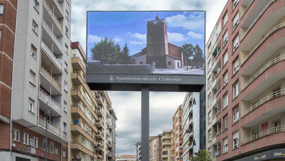 El Ayuntamiento instala dos pantallas en la entrada al casco urbano para promocionar su patrimonio cultural