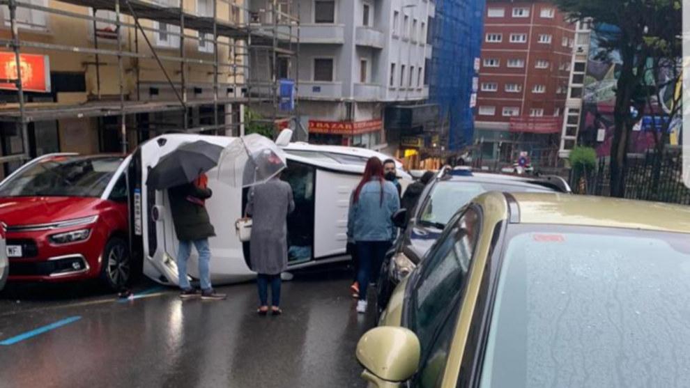 Un coche vuelca en lacalle Santa Clara de Santander