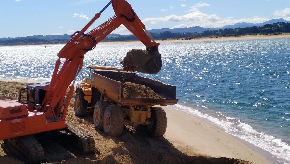 El Puerto inicia el trasvase de arena desde el Museo Marítimo hasta la playa de La Magdalena