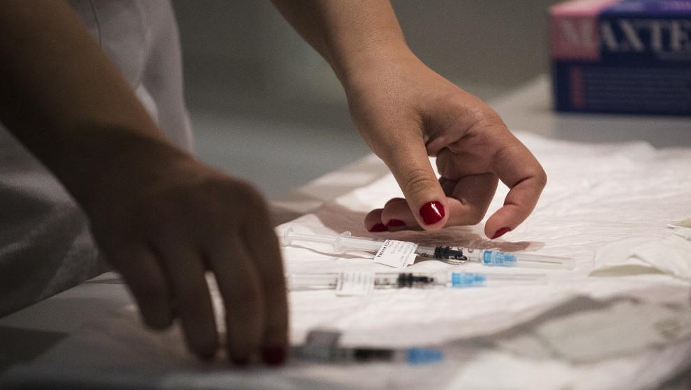 Cantabria empezará a citar a inmunodeprimidos para recibir la dosis adicional de la vacuna