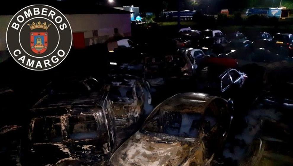 Un incendio en una empresa de automoción de Herrera de Camargo afecta a 30 vehículos