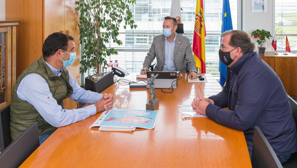 Blanco estudia con el alcalde la mejora de la red de mangas ganaderas en el municipio