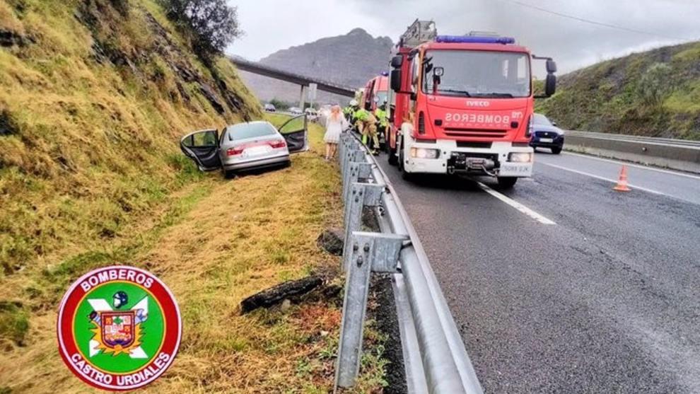 Tres heridos leves tras volcar un vehículo en la A8 en Castro Urdiales