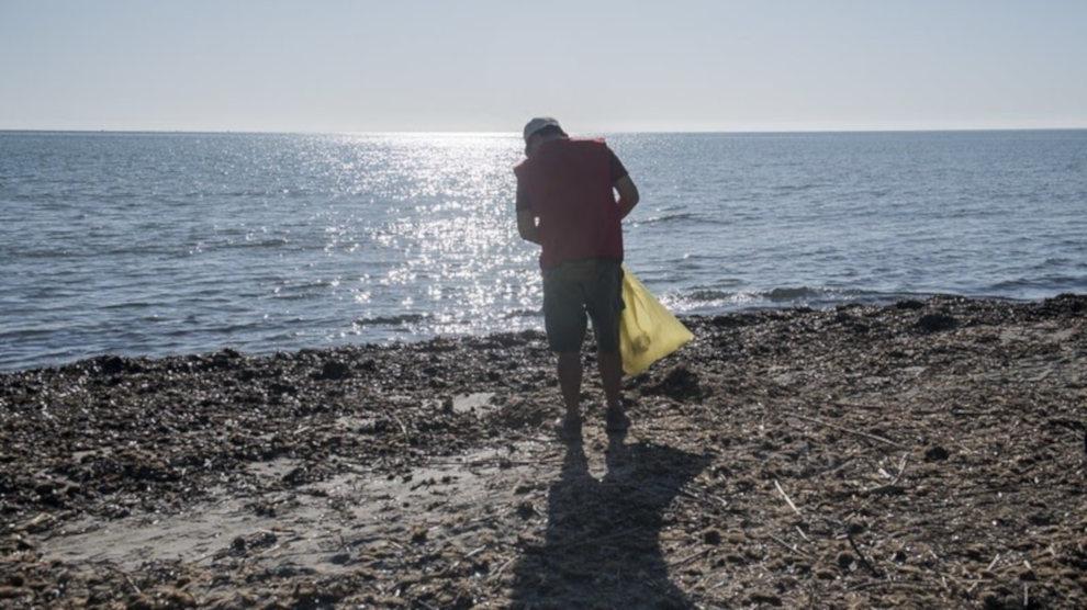 El Ayuntamiento se une a 'Libera' con una recogida de residuos en la playa El Bocal