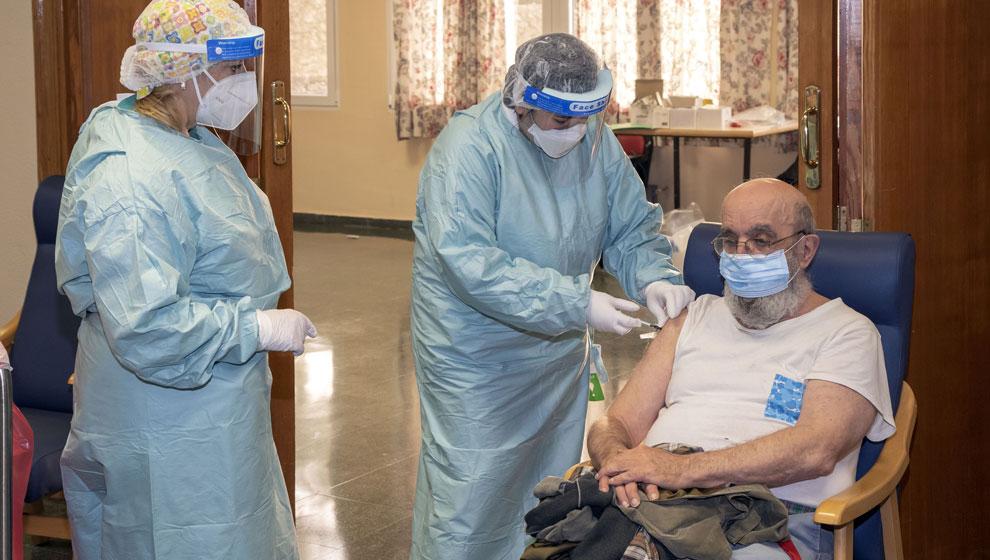 Cantabria empezará a vacunar con la tercera dosis en las residencias