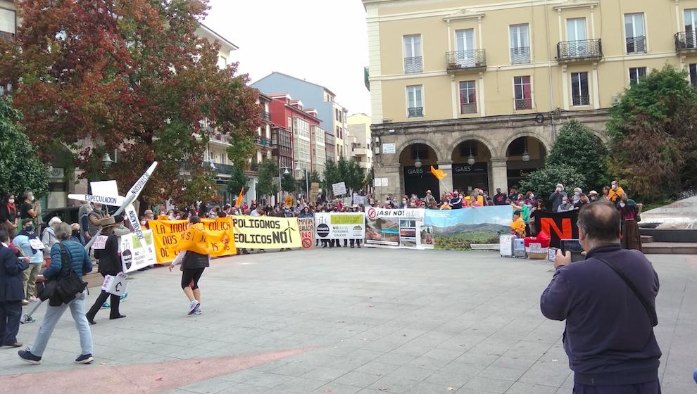 La protesta contra los eólicos llega a Torrelavega