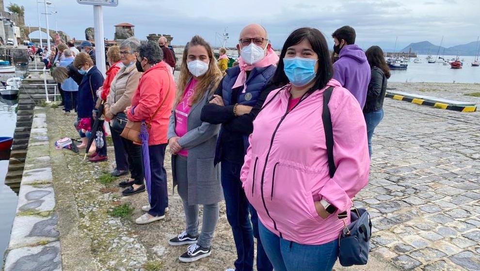 Castro Urdiales celebra su 'Abrazo solidario' contra el cáncer de mama
