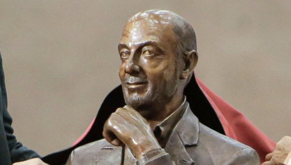 Vuelve la polémica por las esculturas de políticos cántabros, ahora con Rubalcaba