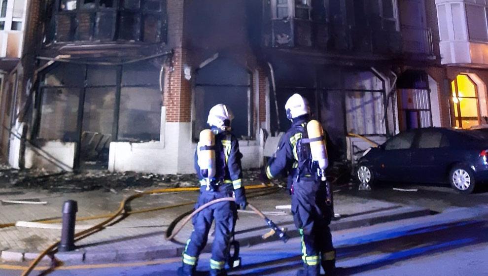 Desalojados 30 vecinos de un edificio de Santoña por un incendio en un bajo comercial